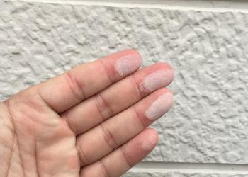 触ると白い粉が手につく